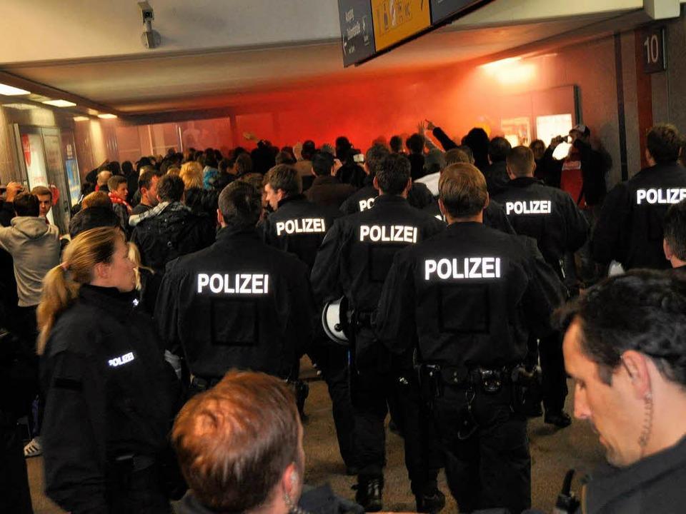 In einer Unterführung am Bahnhof Kaise...g ein erster Feuerwerkskörper gezündet  | Foto: Polizei