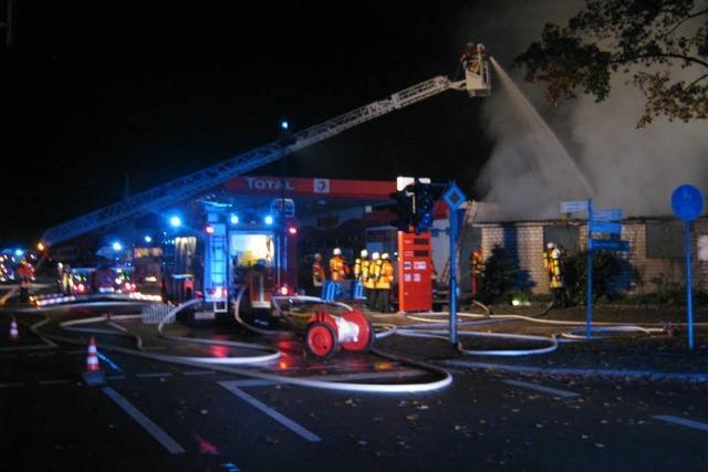 Prekäre Lage: Brand bei Tankstelle