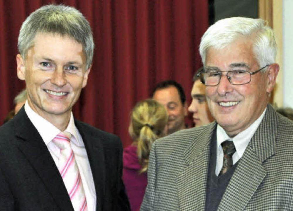Bürgermeister Michael Benitz gratulier...rd Philipp, zum fünfjährigen Bestehen.  | Foto: Rainer Ruther