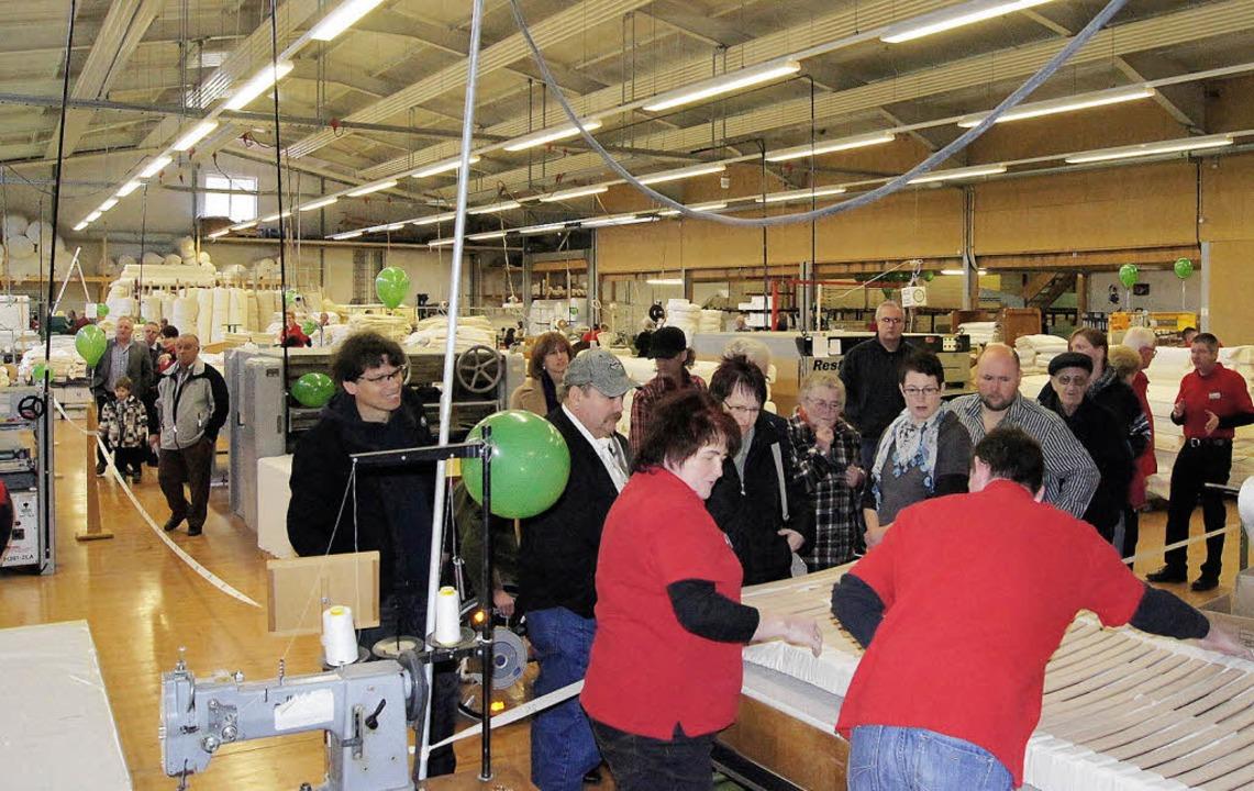 Reger Betrieb herrschte den ganzen Tag...r Produktion der Elza-Matratzenfabrik.  | Foto: roland gutjahr