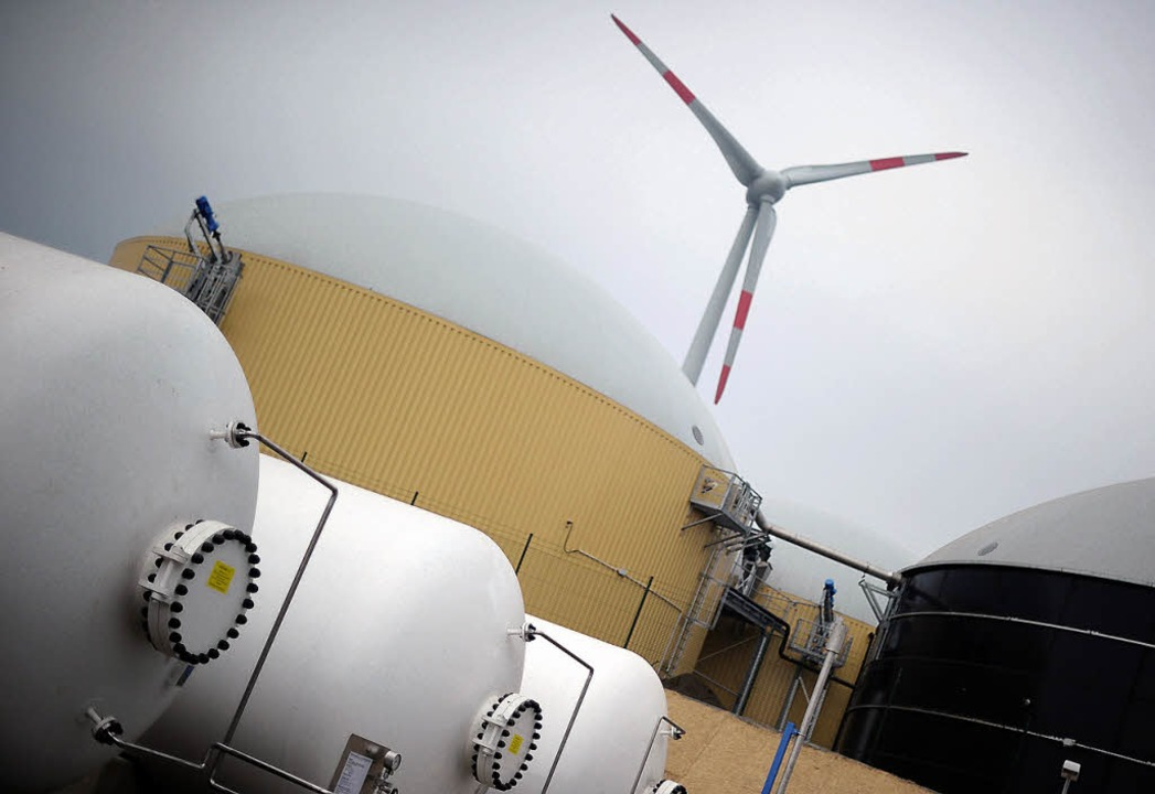 Energetisches Rundumpacket: Wasserstof...s), Biogastank (rechts) und Windrotor   | Foto: afp