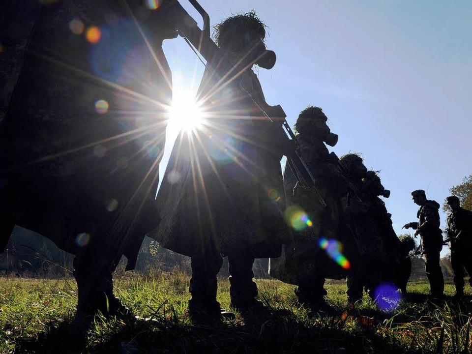 Soldaten in ABC-Schutzausrüstung üben ...diese Kaserne soll geschlossen werden.  | Foto: dpa
