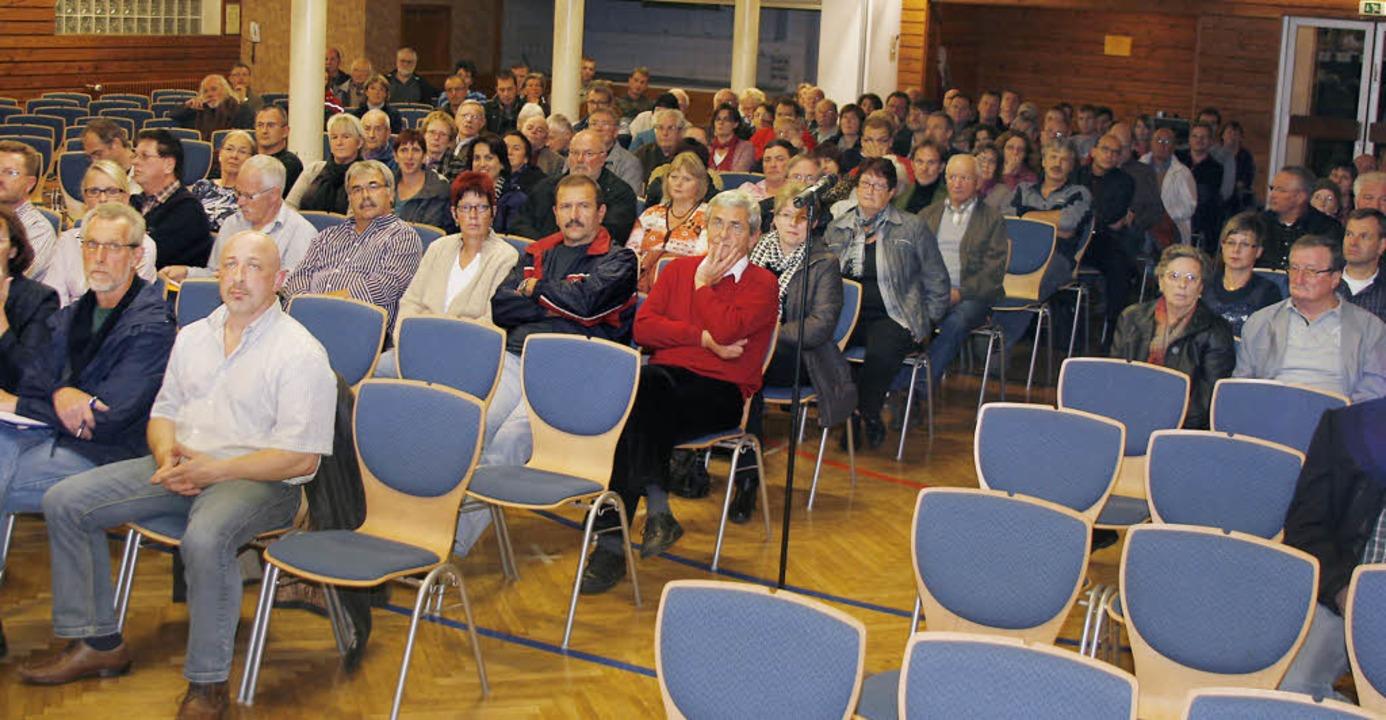 Gut 200 Interessenten sind gekommen, d... Plätze in der Festhalle blieben leer.  | Foto: Heidi Foessel