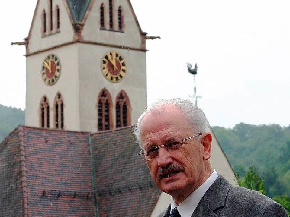 Pfarrer Manfred Hermann 2007 vor der Ebringer Kirche  | Foto: Silvia Faller