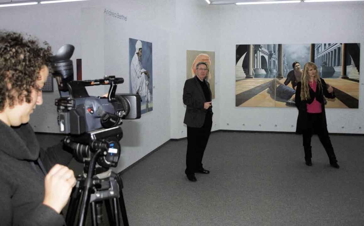 Jürgen Messmer und  Andrea Berthel stellen ihre Bilder vor.  | Foto: Haberer