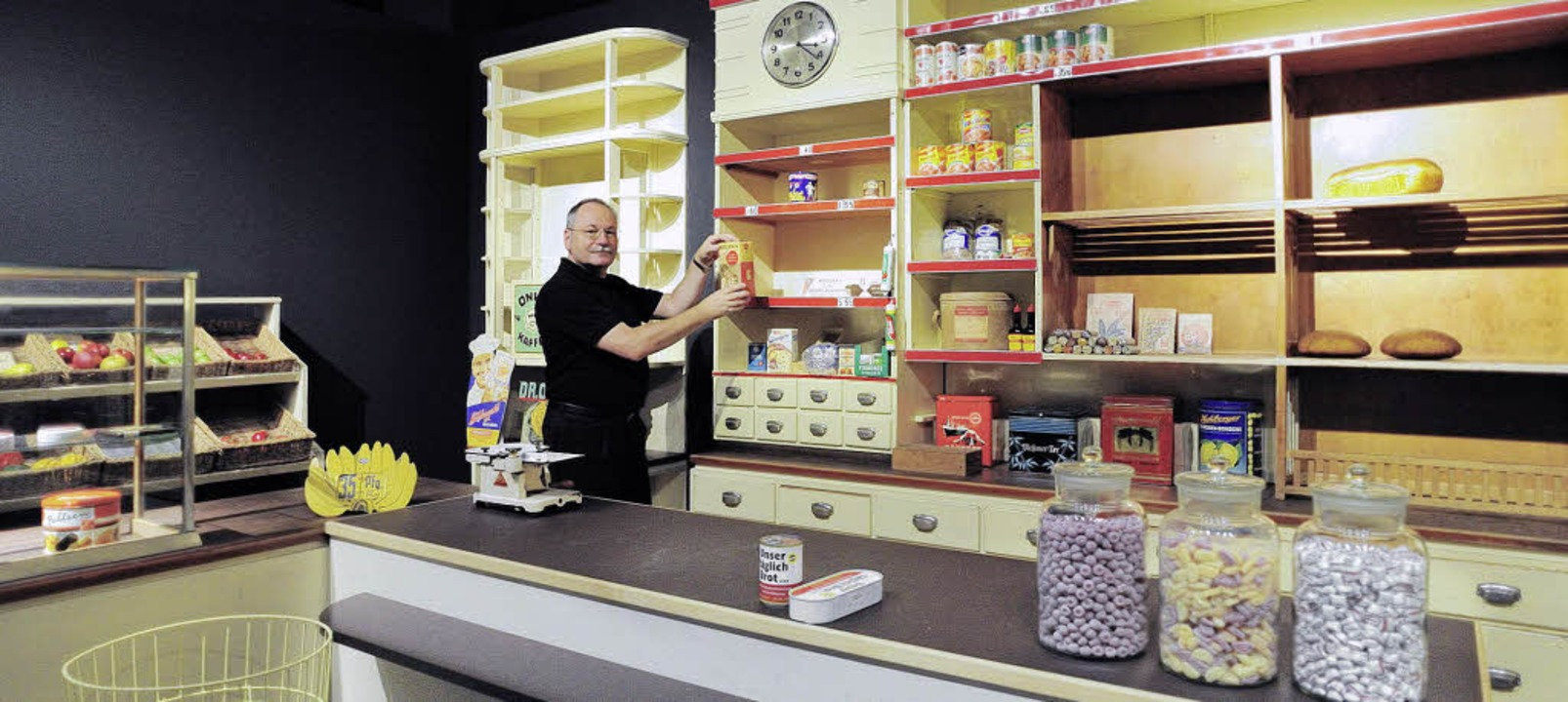 Kai Budde richtet den Laden neu ein &#...zige Freiburger Exponat im Technoseum.    Foto: Technoseum