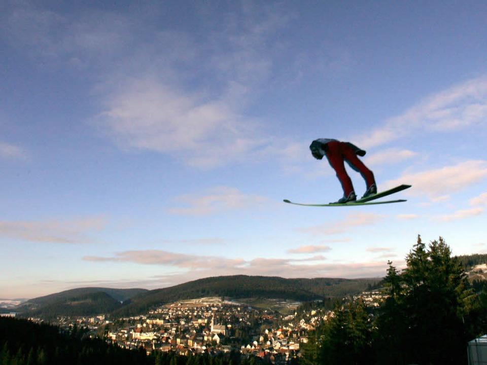 Skispring-Idyll mit und ohne Schnee: W...hier ein Archivbild aus dem Jahr 2007.  | Foto: dpa