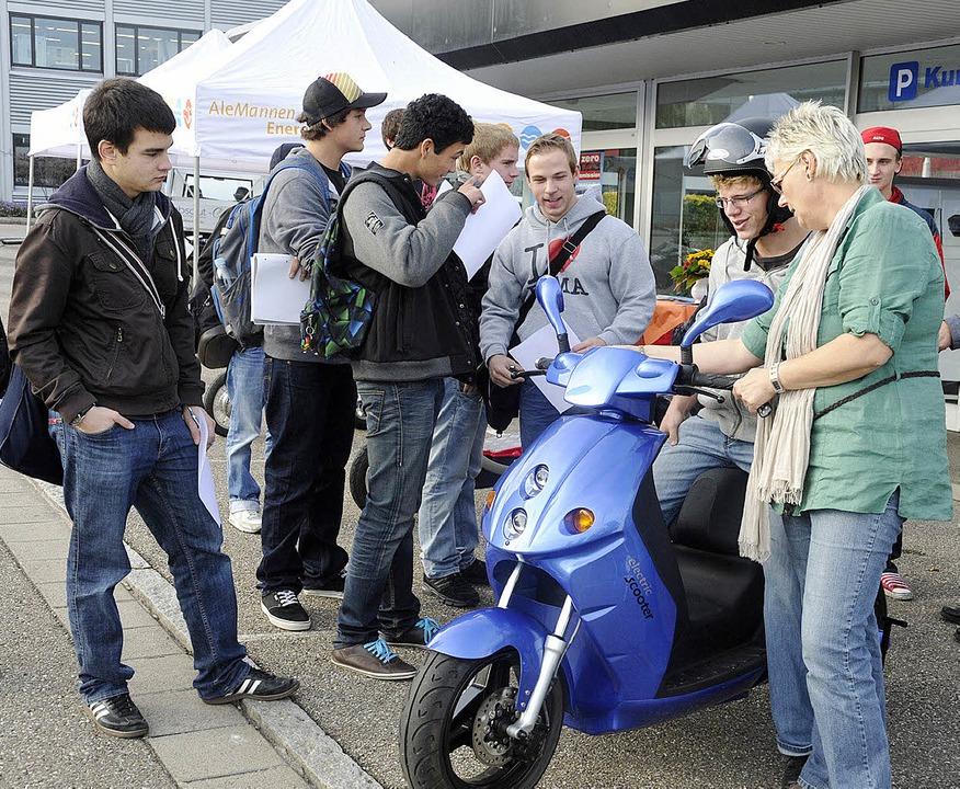 Die Schüler des Technischen Gymnasiums...aren von  der E-Mobilität begeistert.   | Foto: Volker Münch