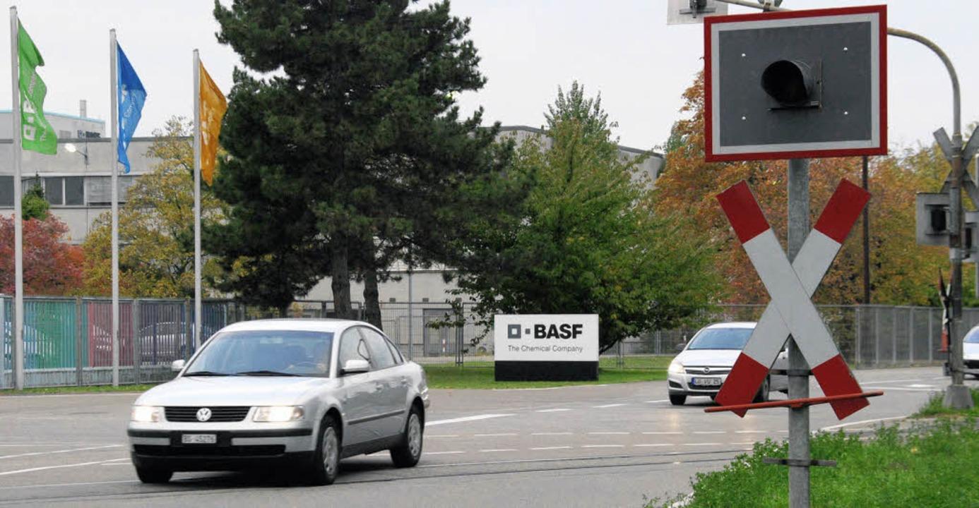 Passt irgendwie nicht: Schienen queren die küftige B34 neu im Bereich der BASF.   | Foto: Ralf Staub