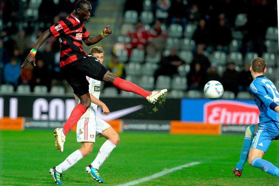 Papiss Demba Cissé trifft leider nur den Pfosten im Spiel des SC Freiburg gegen Bayer 04 Leverkusen. (Foto: meinrad schön)