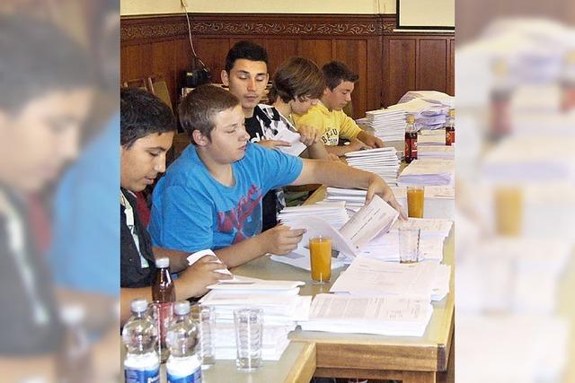 Schüler helfen bei Büroarbeit