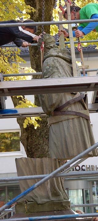Beim Anheben der Statue zerbrach die Figur in zwei Teile.     Foto: jul