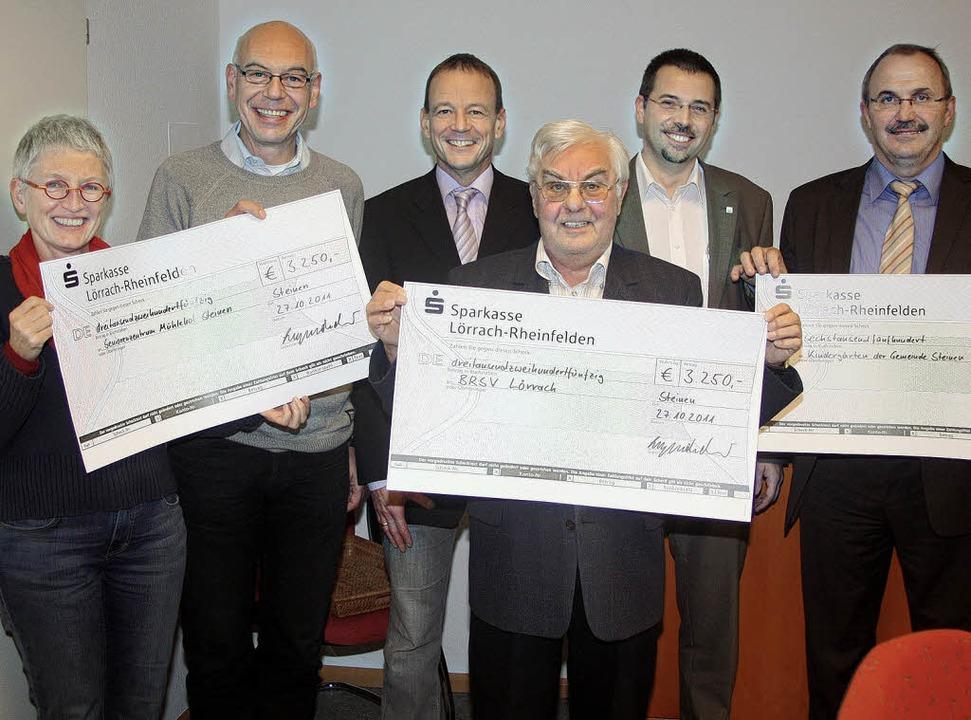 Freuen sich über die großzügige Spende...an Ott und Bürgermeister Rainer König.  | Foto: Heiner Fabry