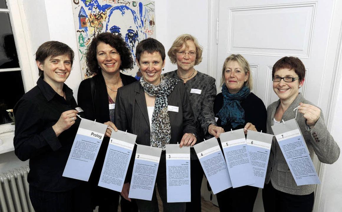 Sechs  der Freiburger Bürgerfrauen &#8...schichte, in  Häppchen  zum Aufhängen.  | Foto: ingo schneider