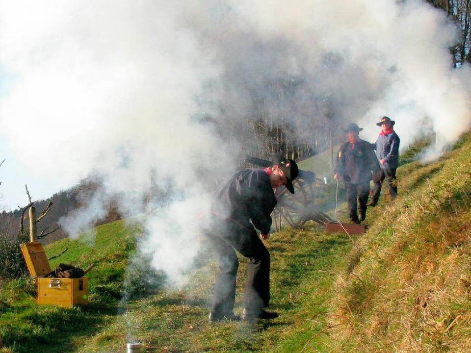 Alles nur Wasserdampf, den die Kanonen...stark – beim Abfeuern erzeugen.   | Foto: Manfred Lange