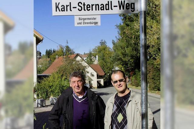 Ein Straßenschild erinnert nun an den Ehrenbürger