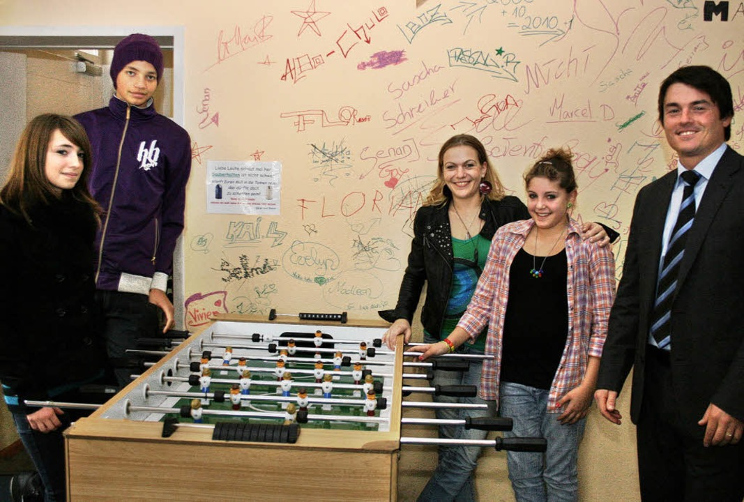 Melanie Bühler (Mitte) ist neue Leiterin des Juze, rechts Matthias Gutbrod.   | Foto: theo weber