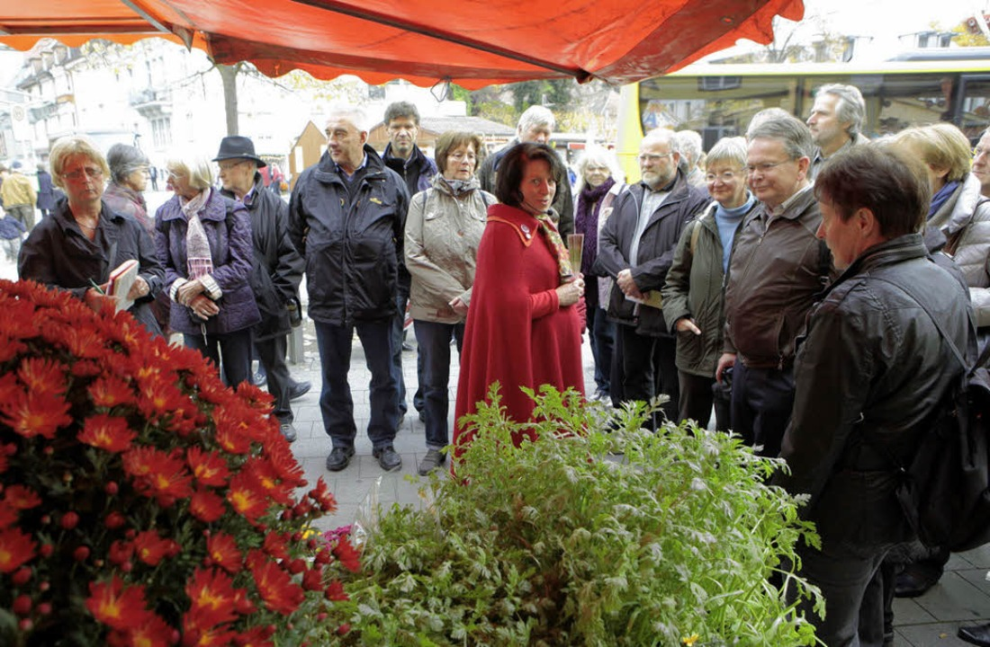 Stadtführerin Christa Nickolson weihte...ge Nutzbarkeit von Chrysanthemen ein.   | Foto: christoph breithaupt
