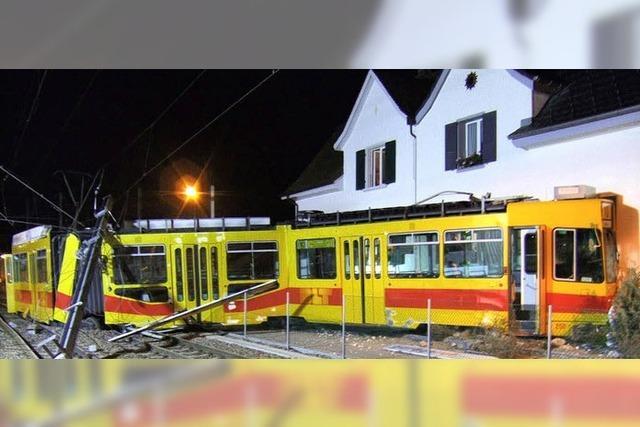 Straßenbahn rammt Haus