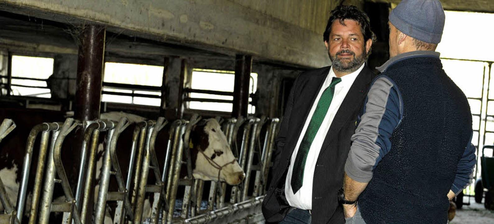 Thema Landwirtschaft: Reinhold Pix (li...e  Viehhaltung im Vollerwerbsbetrieb.   | Foto: Franziska Löffler