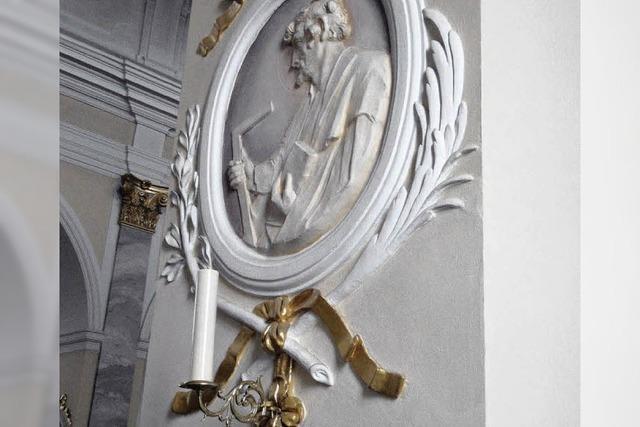 Zwölf Leuchter hängen wieder in Kirche