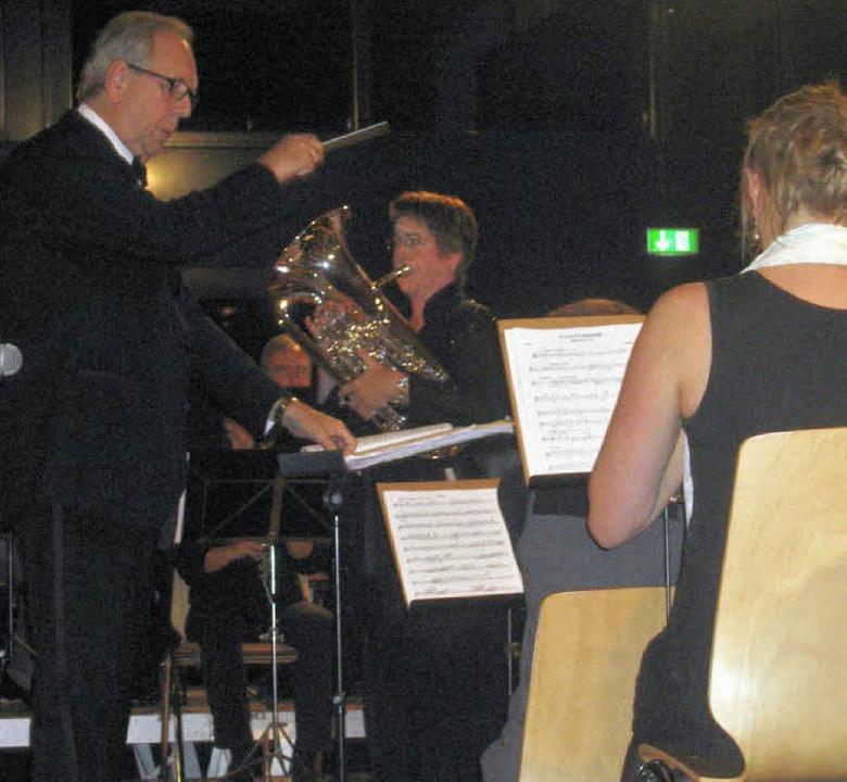 Überzeugend: Dirigent Harry D. Bath un...ie Hunter (Mitte)  mit dem Euphonium.   | Foto: Hildegard Karig