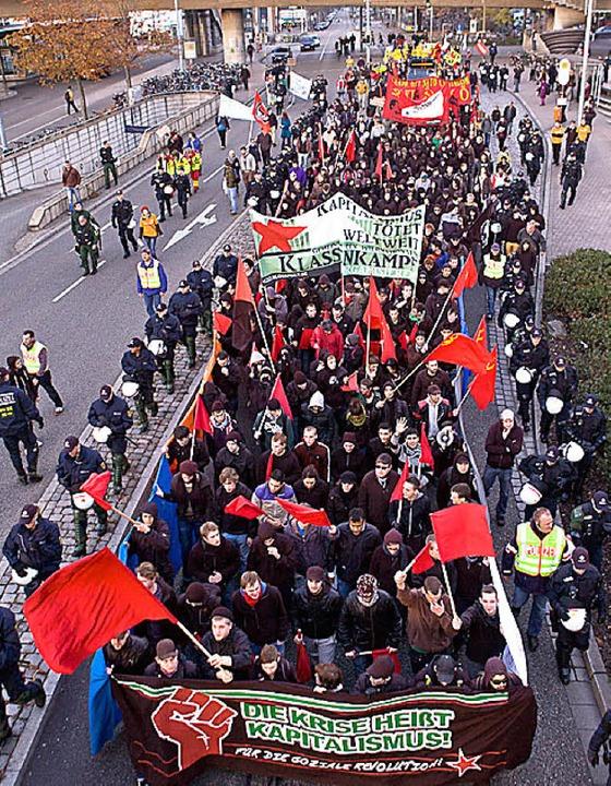 Gegen Sozialabbau und Krieg: Demo in der Bismarckallee  | Foto: janos ruf