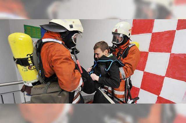 Feuerwehr übt Rettung Behinderter: Den Menschen die Angst nehmen