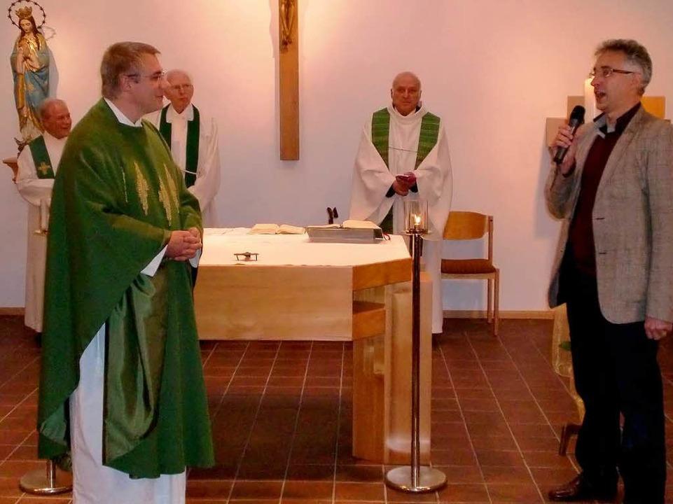 Pfarrer Markus Ramminger und Gemeinder...m zwei frühere Ortspfarrer  mitwirken.  | Foto: Manfred Frietsch