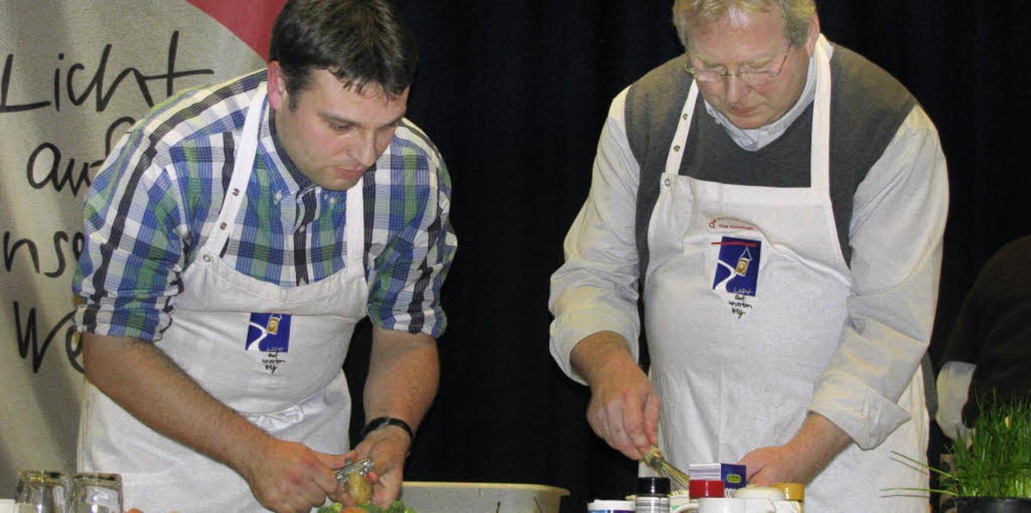 Thomas Bergmann und Pfarrer Kirner (von links) beim Kochduell.  | Foto: michael gottstein