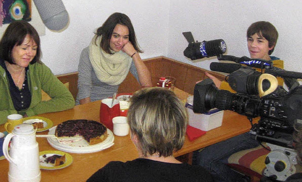 Kaffee, Kuchen, Kamera: Jan Steinebrun...Cousine beim Besuch des Fernsehteams.   | Foto: HanNah Steinebrunner