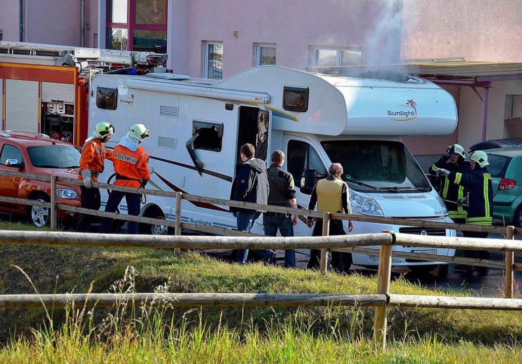 Feuerwehrleute und Polizisten  in Eise...den Bankräuber tot aufgefunden wurden.  | Foto: dapd