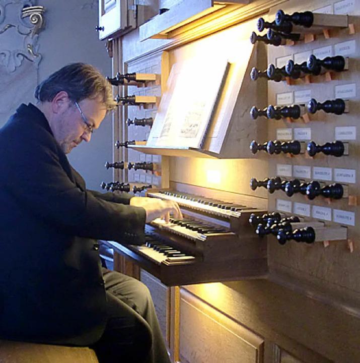 Georg Koch an der Riegner & Friedrich Orgel in Riegel.   | Foto: Franz