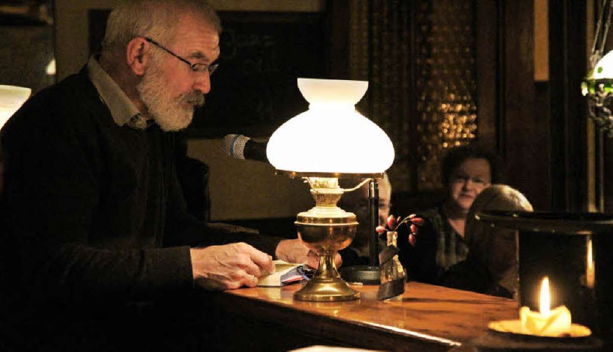 Richard Obert liest in schöner Atmosphäre bei der Herbolzheimer Lesenacht.   | Foto: Thilo Bergmann
