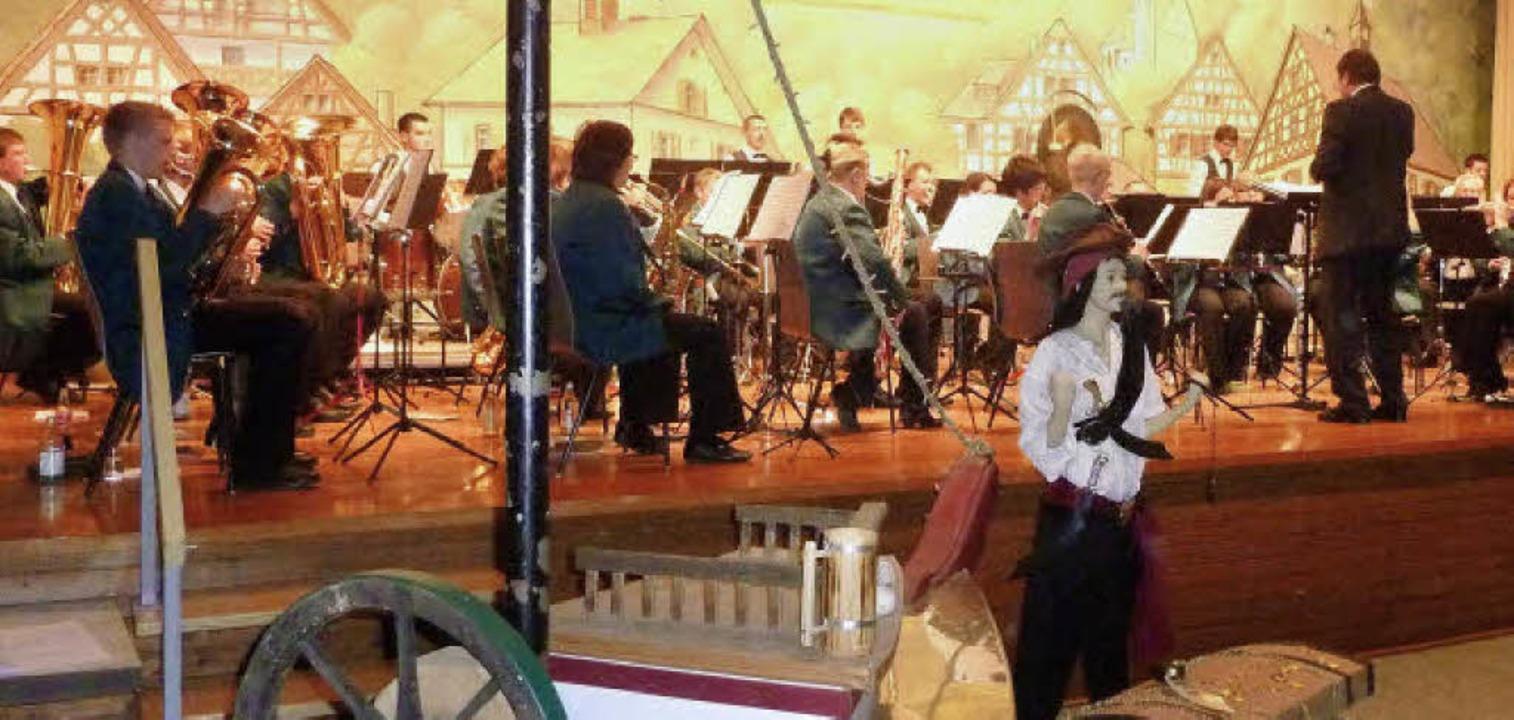 Der Musikverein Nimburg-Bottingen führ...ier in das der Piraten in der Karibik.    Foto: Karlernst Lauffer