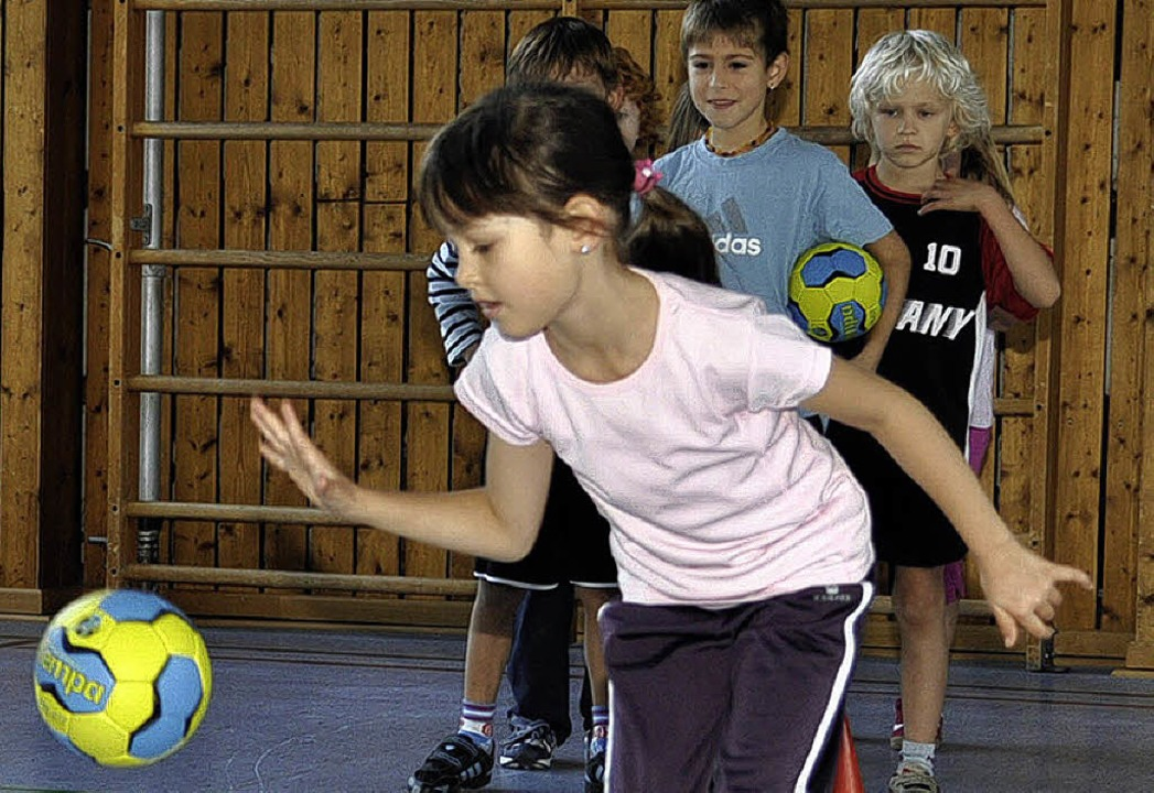 Wie man richtig Handball spielt, lerne...eitklässler beim Turnverein in  Sulz.   | Foto: Dieter Fleig