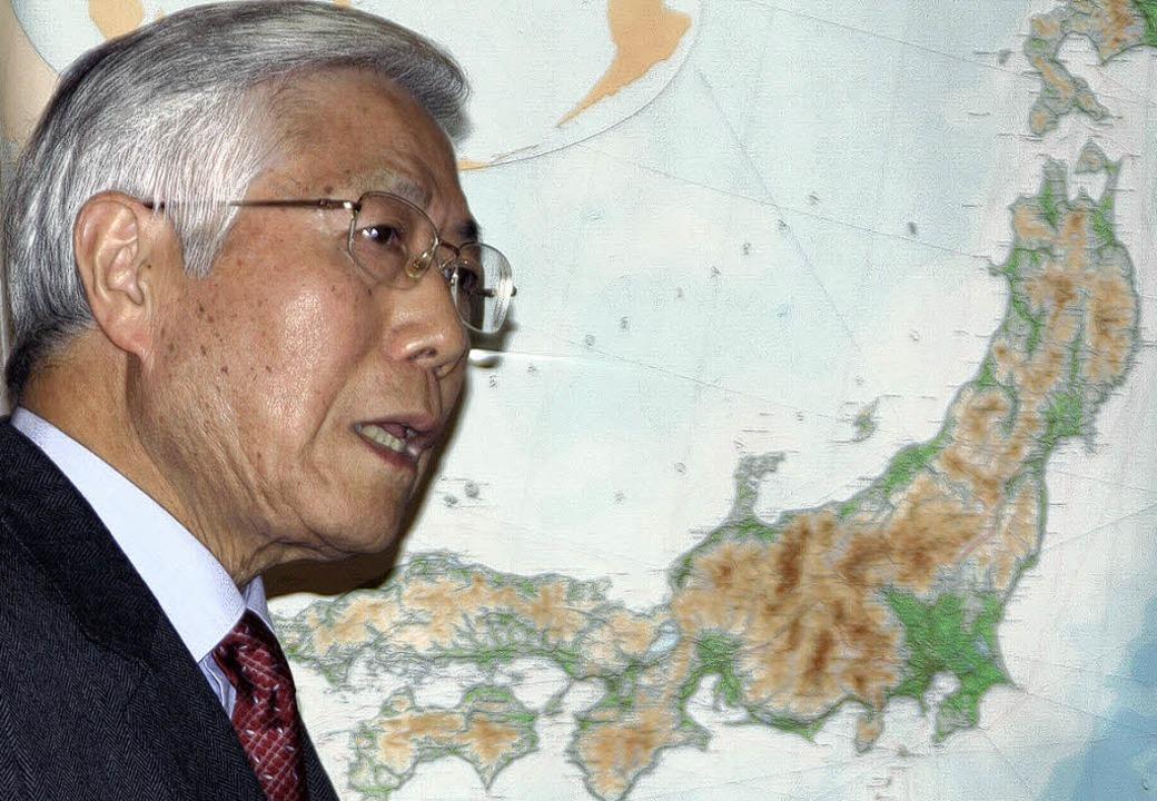 Shingo Yoshida vor einer Karte der jap...en Aufräumarbeiten seiner Landsleute.   | Foto: Jörn Kerckhoff
