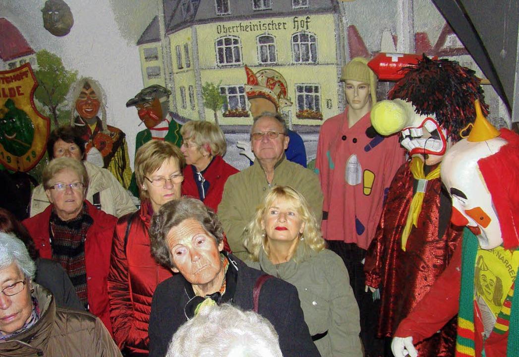 Seite an Seite standen die Teilnehmern...n wilden Gesellen im Fasnachtsmuseum.   | Foto: Ingrid Arndt