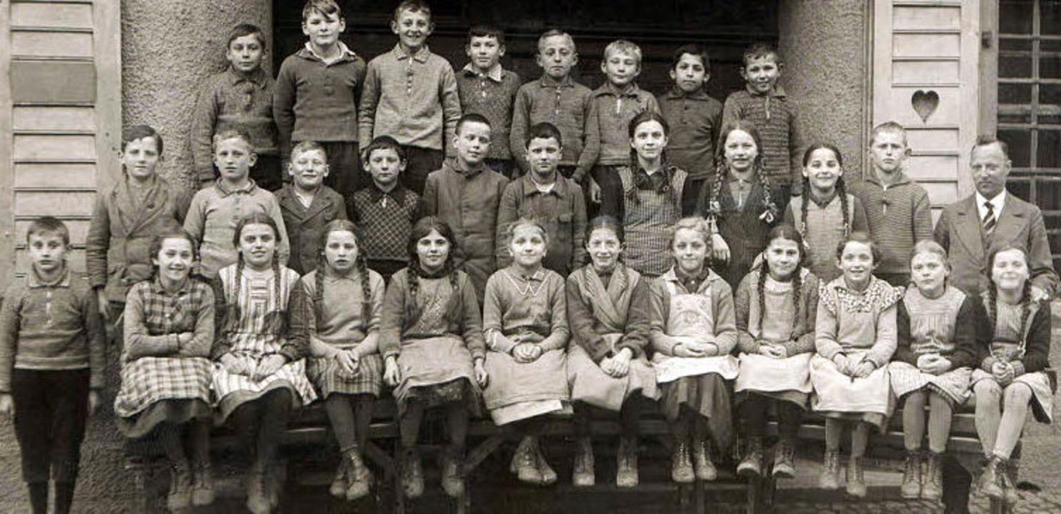 Das historische Bild zeigt  Hauptlehre...iner Schulklasse aus der Zeit um 1937.    Foto: privat