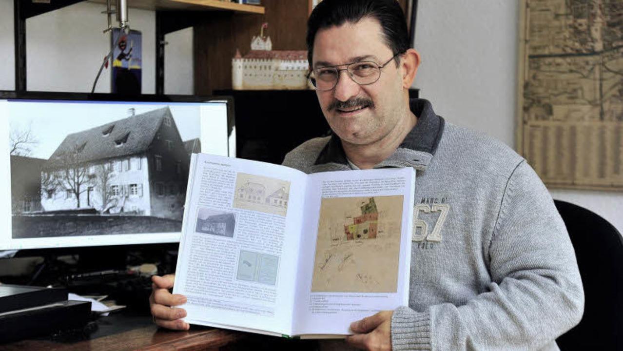 Hans-Jürgen Oehler mit seinem Werk    Foto: Ingo Schneider