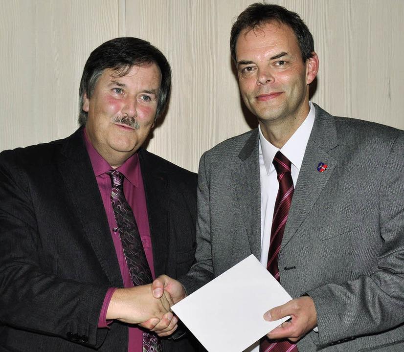 Frank Porten vereidigte den wiedergewä...der Bürgermeister Stefan Dorfmeister.     Foto: Stefan Pichler