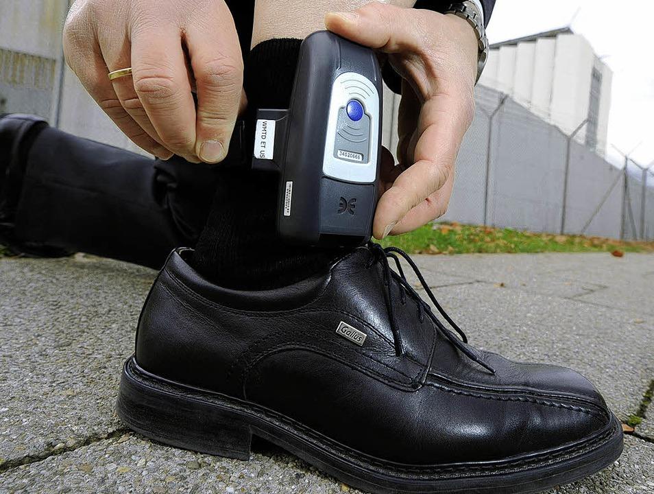 Forschungsobjekt für die Kriminologen ...stituts: die elektronische Fußfessel.     Foto: dpa / MPG