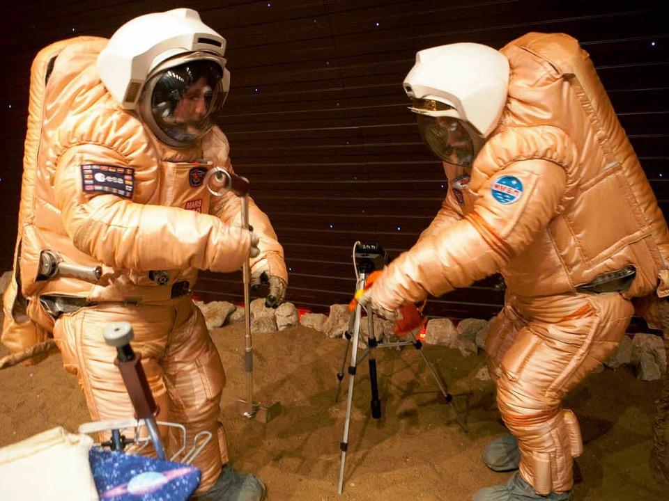 Simulierter Ausflug auf den Mars der Crew.     Foto: AFP