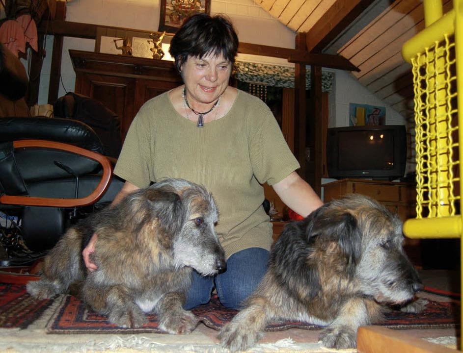Gerlinde Böhringer mit ihren Hunden Jandra und Tony   | Foto: Petra Wunderle