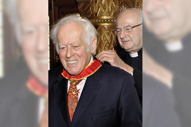 Hugo Ott erhält den doppelten Ritterschlag