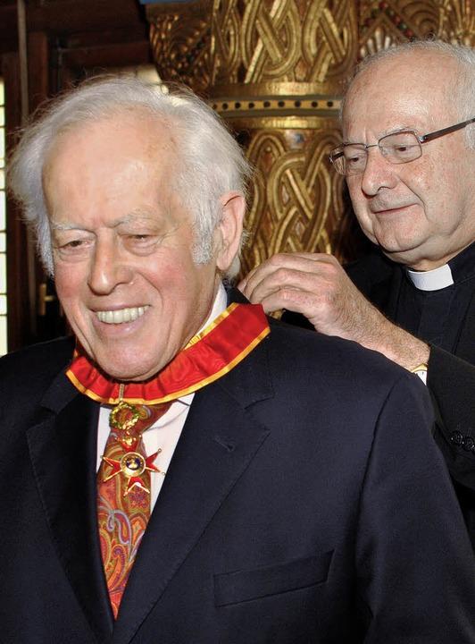 Hugo Ott bei der Verleihung durch Erzbischof Robert Zollitsch   | Foto: bz