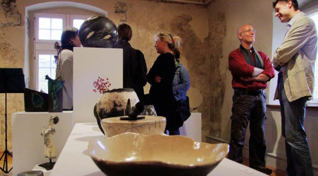 Die Keramiken passen gut zu den Räumen des Vogtshauses.  | Foto: Martina David-Wenk