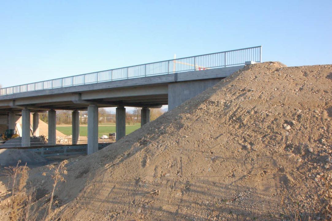 Im Nichts endet diese Brücke bei Gotte...an wird sich so schnell nichts ändern.  | Foto: Manfred Frietsch