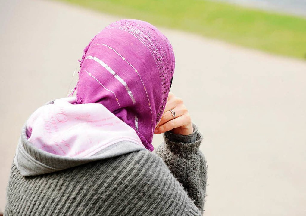 Viele Opfer bei Zwangsehen sind Frauen...st zwischen  16 und 17 Jahre alt sind.  | Foto: dpa