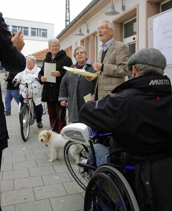 Protest am Bahnhof: Mitglieder der Bür...rten einen offenen Brief an die Bahn.     Foto: Gerhard Walser